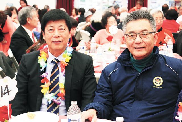 馬鍾麟(左)、朱感生出席雙親節敬老聯歡會,給耆英們過節。記者彭詩喬攝