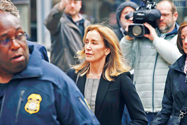■演出美劇《絕望主婦》的荷里活女星荷芙曼,在大學招生詐騙案中正式認罪,圖為13日她抵達波士頓聯邦法院。    美聯社