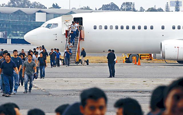 圖為移民局將邊境逮捕的偷渡客用飛機運回中美洲國家。    資料圖片