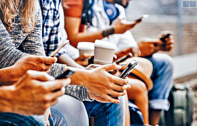 ■調查顯示,年輕人月無餘錢除了消費習慣外,社交媒體也可能是問題源頭,「不落人後」的文化令年輕人面對壓力。    資料圖片