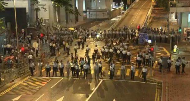 【不斷更新】數千包圍警總示威者清晨散去  警方出動清場