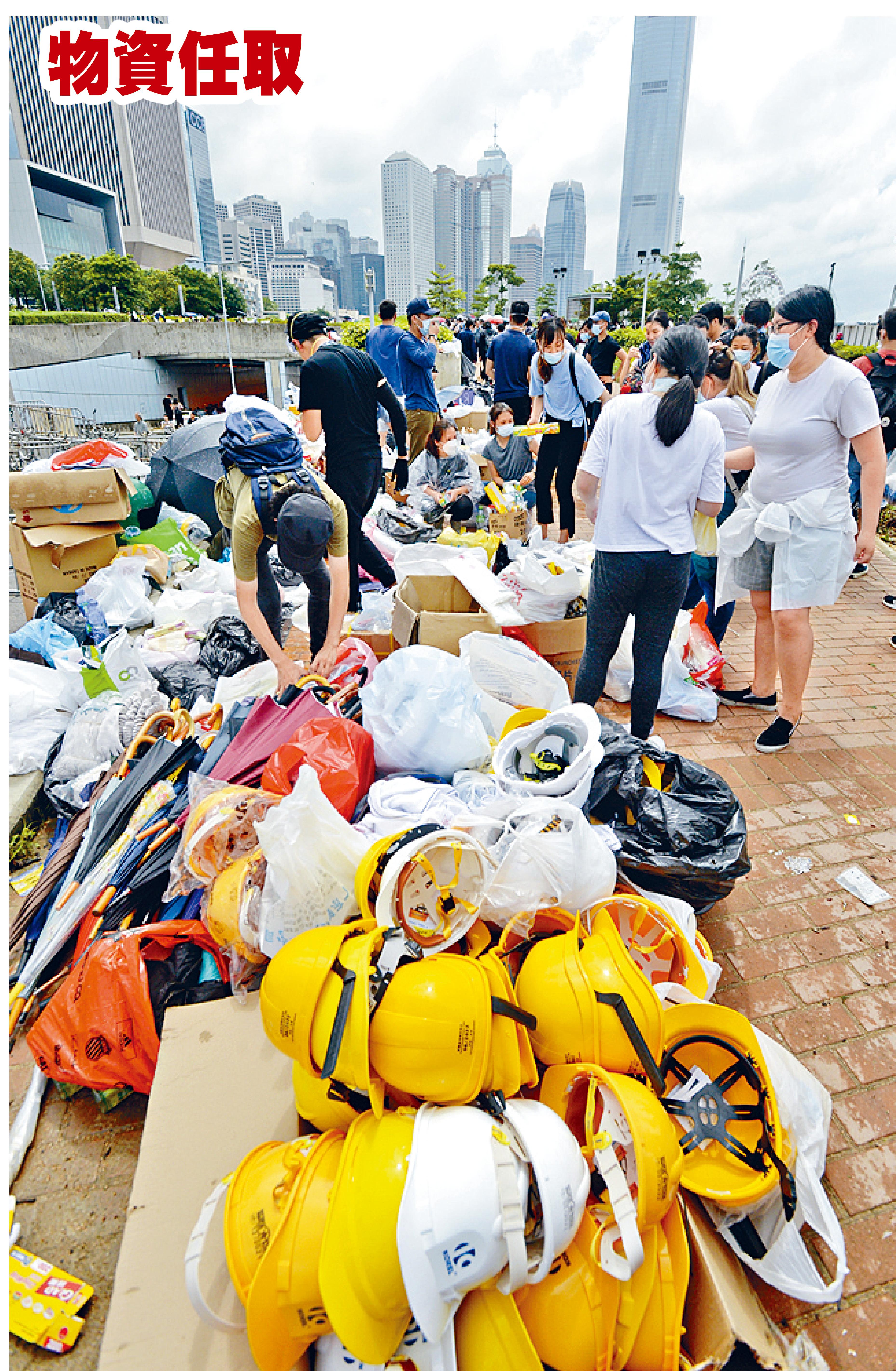 大批兩傘和頭盔擺放於物資站,任由示威者取用。梁文輝攝