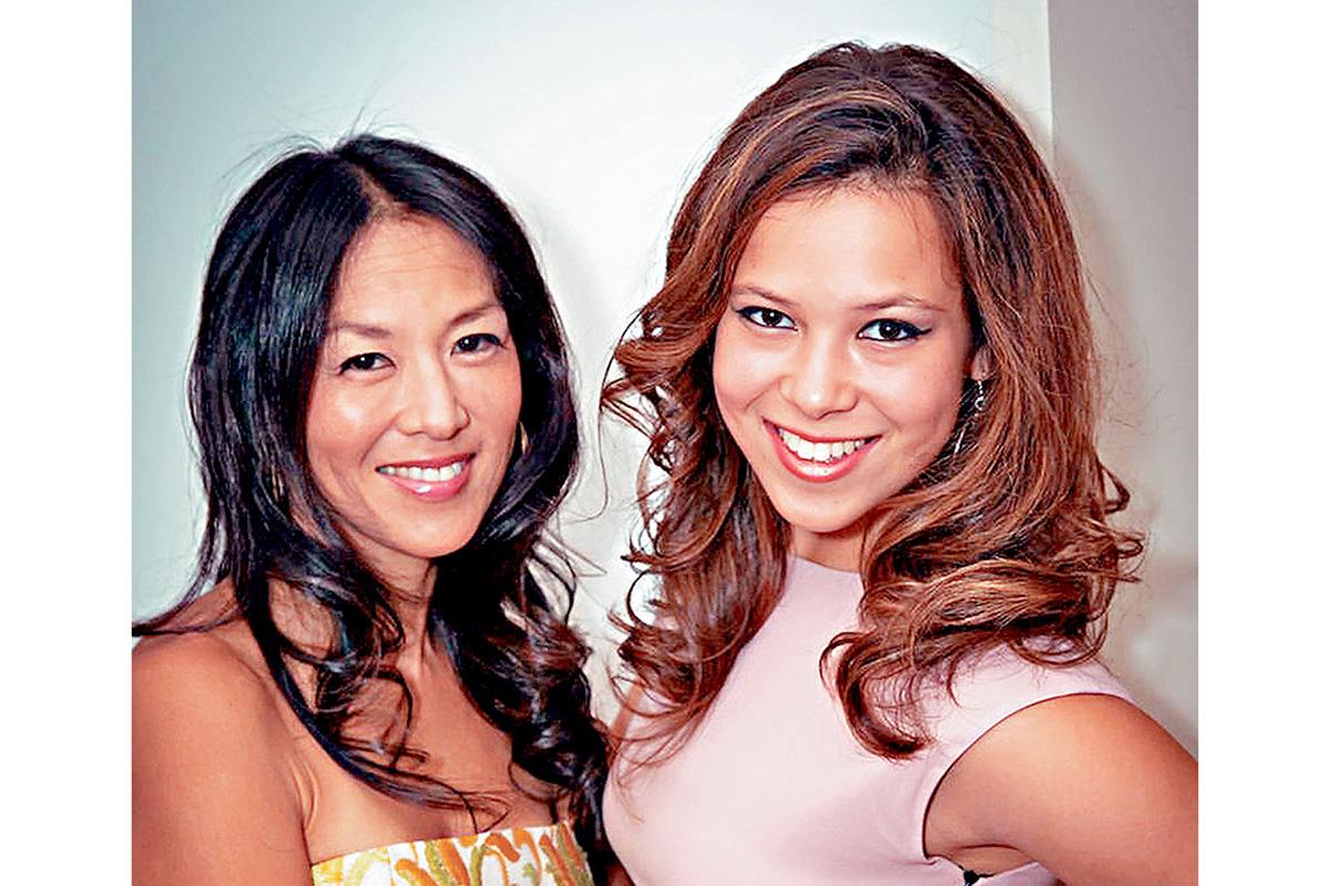 ■索菲亞(右)和她的「虎媽」母親耶魯大學法學院教授蔡美兒。    NextShark圖片