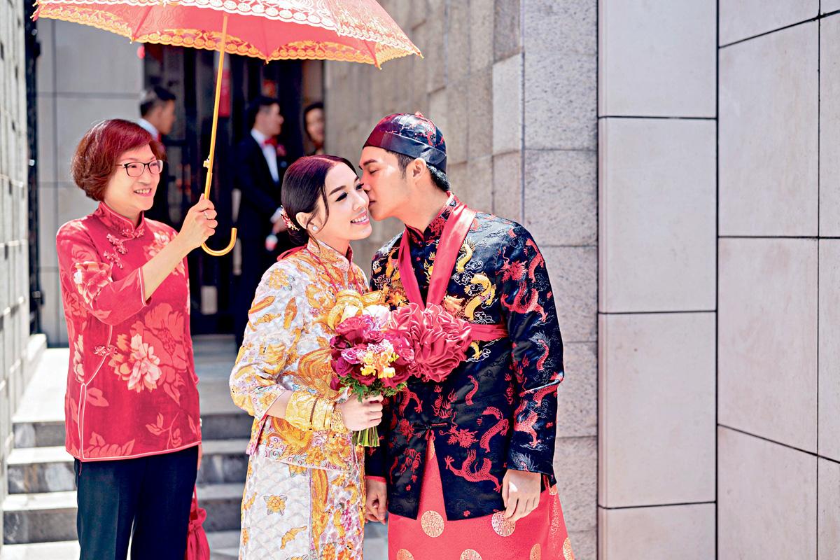 ■完成接新娘儀式,新郎急不及待咀老婆。