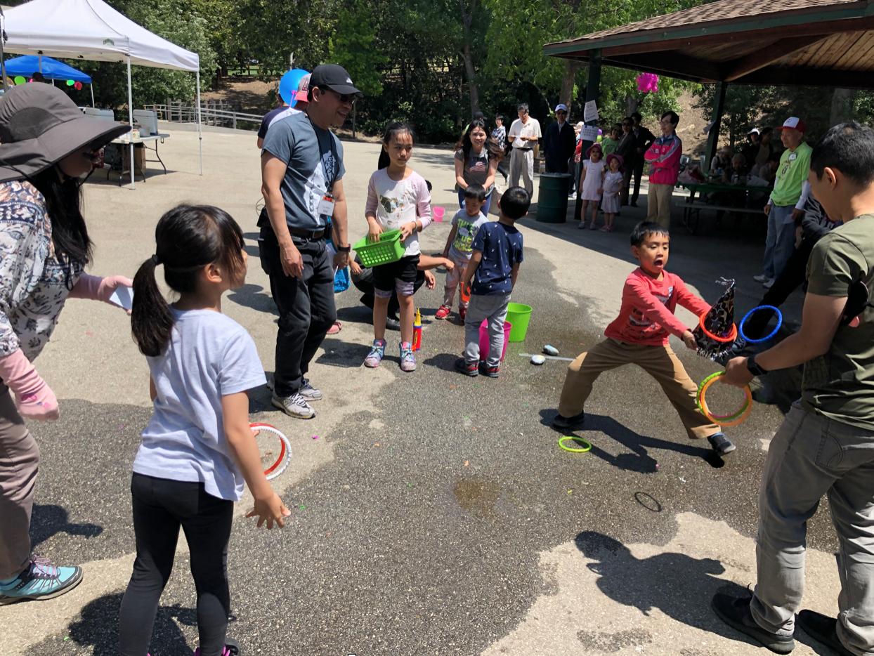洛杉磯西北區臺灣同鄉會安排眾多親子遊戲活動,讓鄉親祖孫同歡。洛僑中心提供