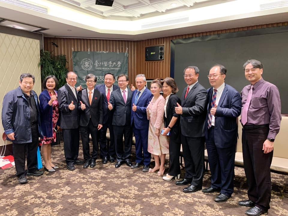 台北醫學大學林建煌校長和團隊成員向校友們簡報台北醫大近幾年在教學、研究、產學合作和硬體建設的成果以及未來願景的規劃。