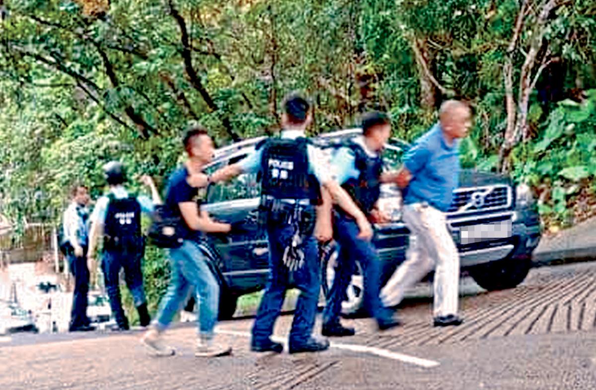 亮氣槍被捕村屋男戶主(右一),被警方押往搜車。 網上圖片
