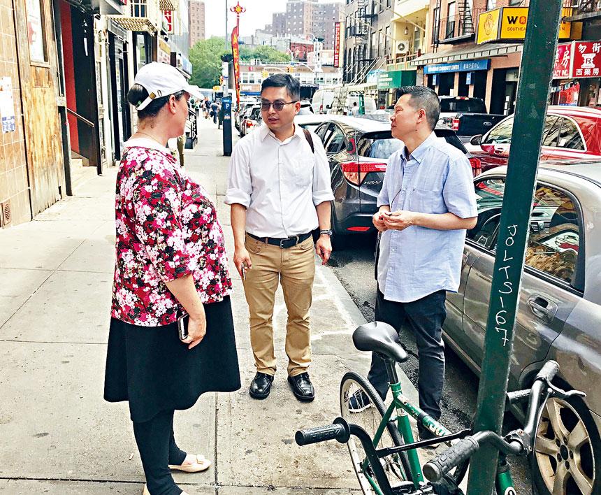 艾克爾(左一)、陳少風(左二)向合利大飯店經理梅雲峰提建議。