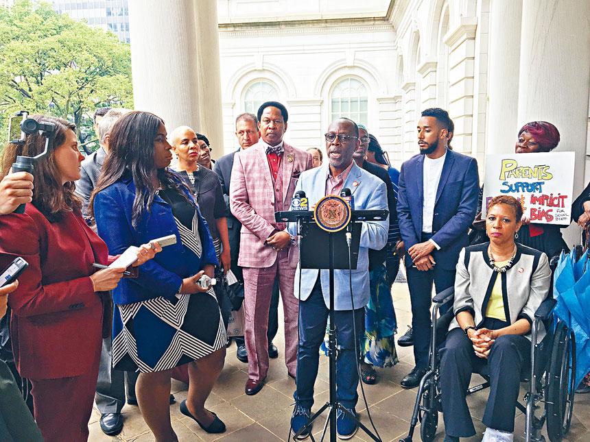 市議會「非裔拉丁裔與亞裔小組(BLAC)」及「進步小組(Progressive Caucus)」昨舉辦記者會,宣布聯署支持教育總監卡蘭扎。