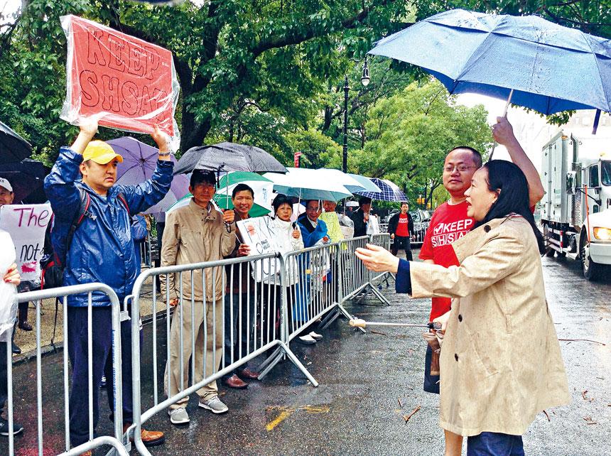 家長們冒雨在市長官邸前集會。