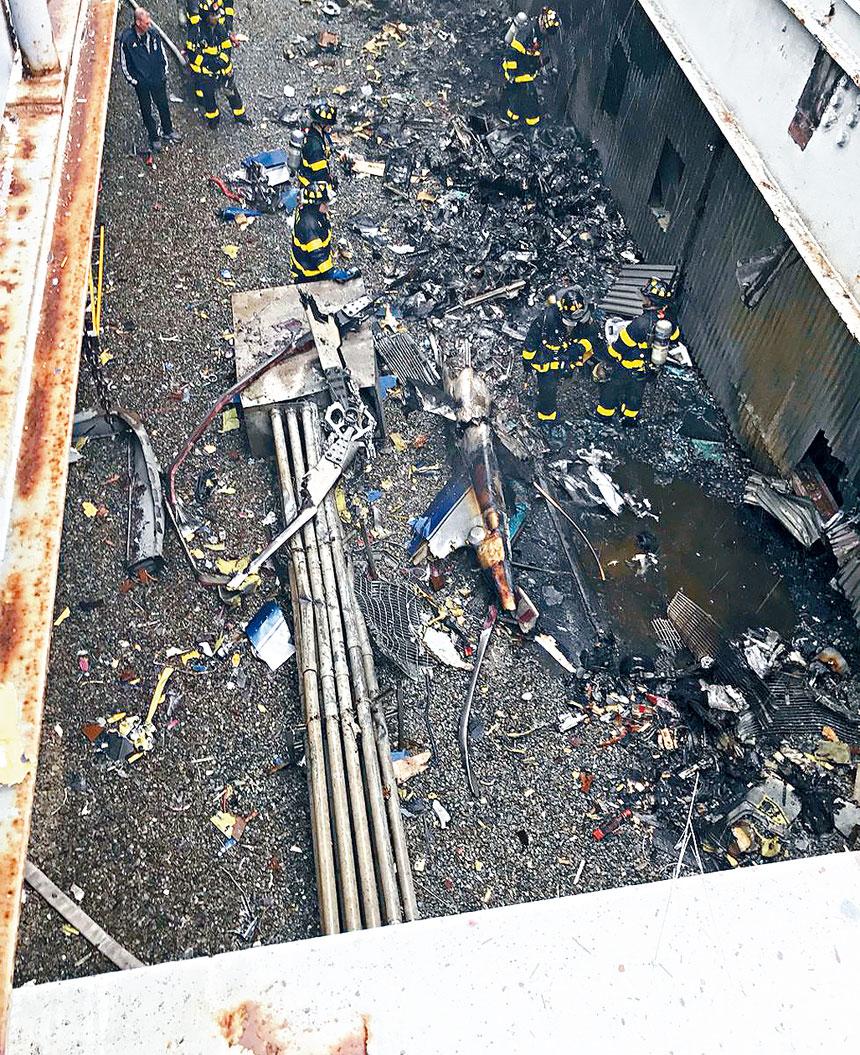 墜機現場天台損毀嚴重。紐約市消防局圖片
