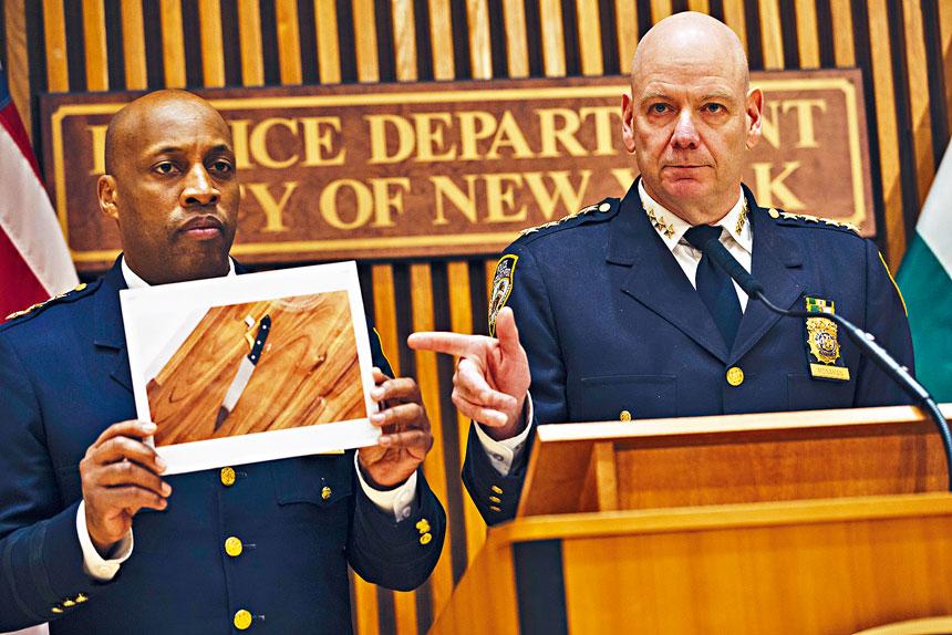 莫納漢(右)指流彈案件令人無法接受。Angus Mordant/紐約時報
