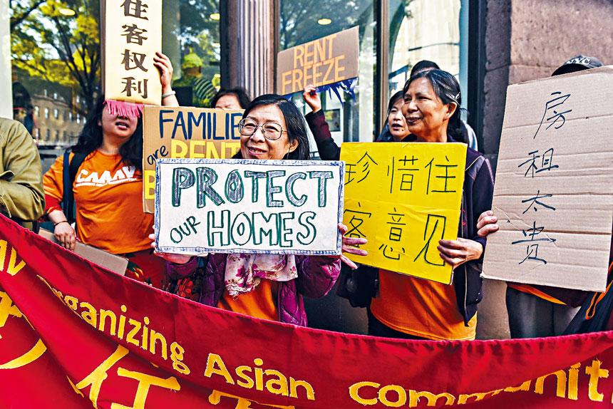 租金指引委員會的加租指引,租戶及業主均表不滿,圖為上月的公聽會門外示威。Stephanie Keith/紐約時報