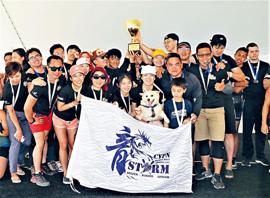 CYPN風暴隊高舉冠軍獎杯。李强攝