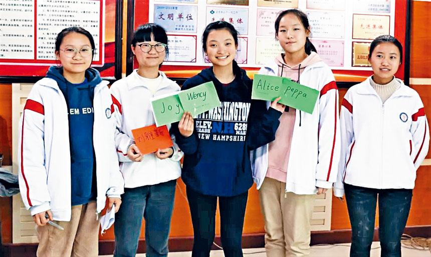 中美學生交換寫有他們名字的卡片。NCLS提供
