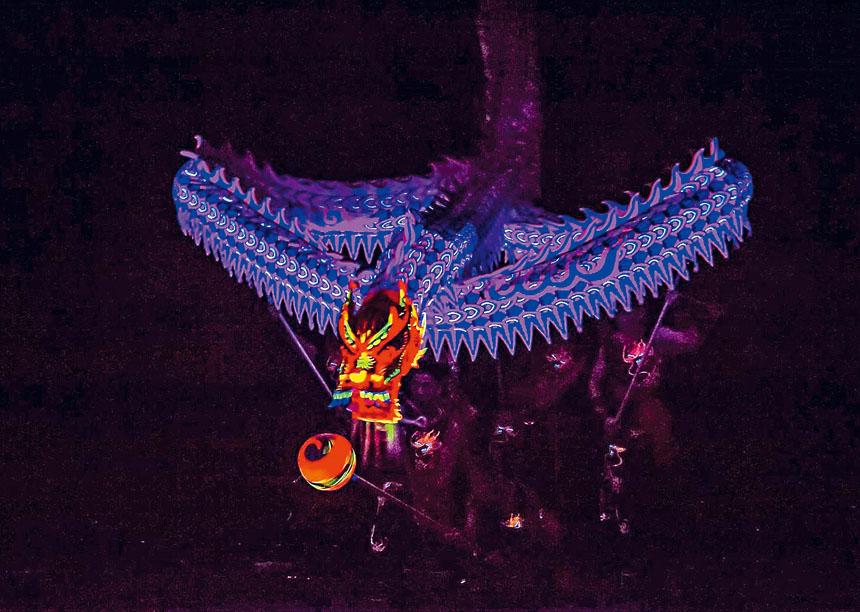 夜光舞龍表演令人震撼。