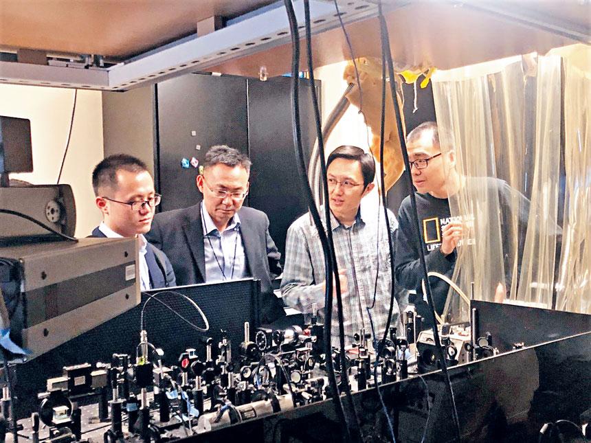 上海交大代表團參觀MIT實驗室。