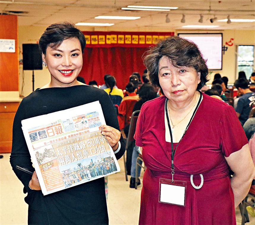 劉瑋(左)同龍舟節組委會成員陶凱合影。 李強攝