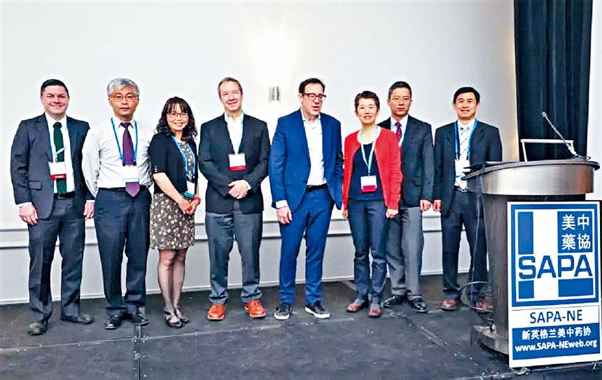 楊軍(右一)同演講嘉賓合影。主辦方提供