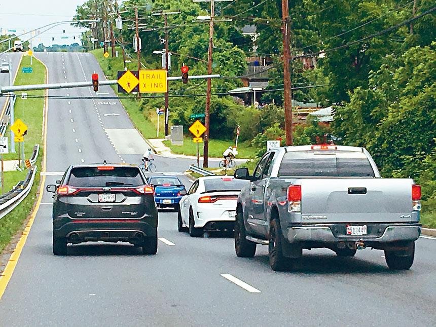 開車時在坡道等候,要格外小心。