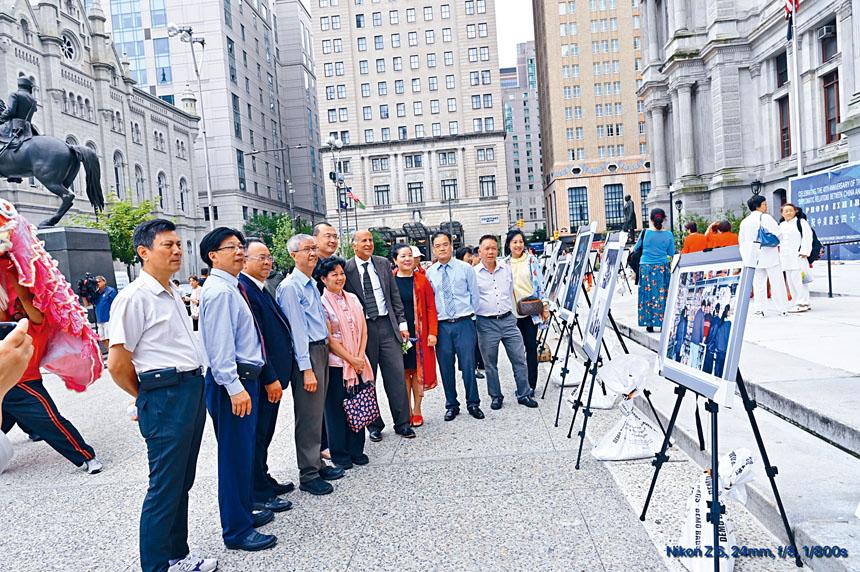 大費城華人社團在費城市政府大樓外廣場與富蘭克林廣場舉辦慶祝中美建交40周年圖片展。