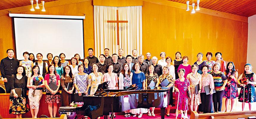 全體團員和張老師和鋼琴伴奏(第一排中間)和黃秘書(第二排男生的中間)。