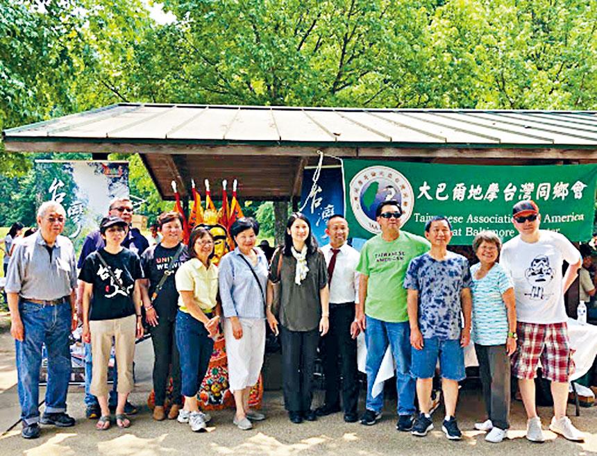 僑教中心副主任王怡如(右六)與大巴爾地摩台灣同鄉會理事合影。