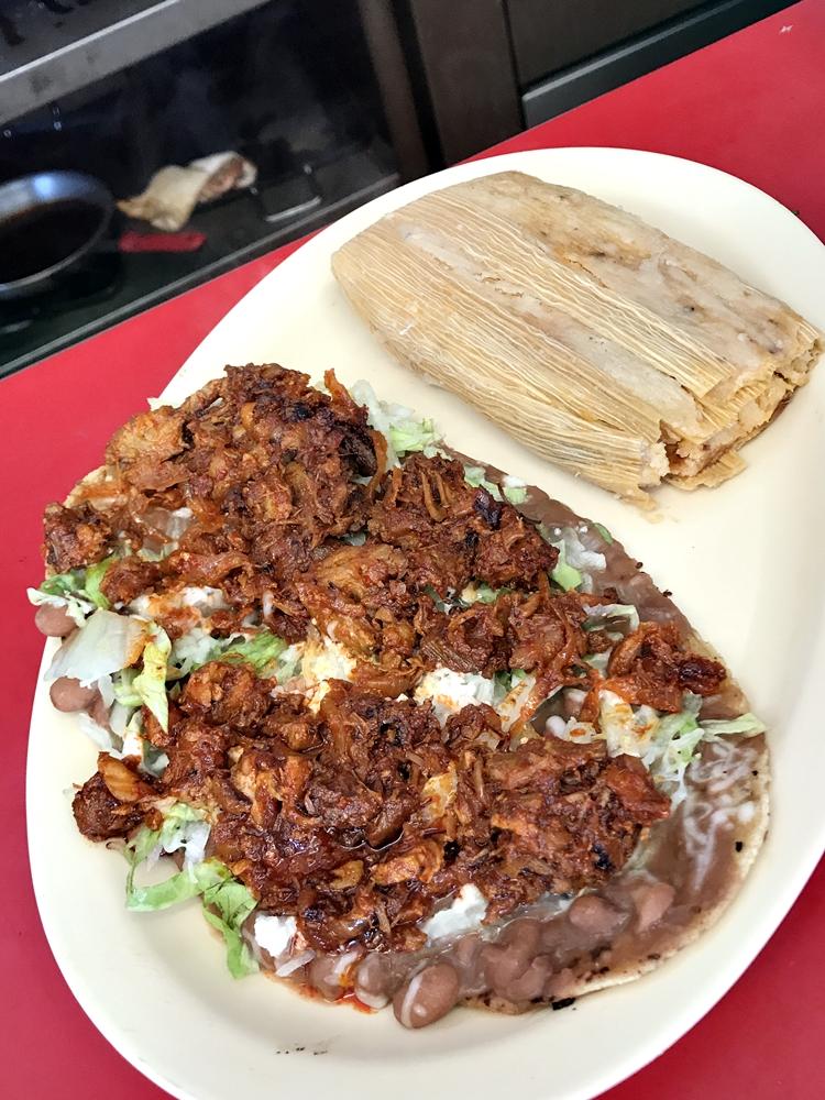 這裡的 Huaraches(在煎過的麵團餅皮上加上各種食材的開放式餡餅)堪稱是一絕,不僅體積龐大且用料豐富,配上墨西哥玉米粉粽子就是一頓飽足且滋味濃郁的大餐。