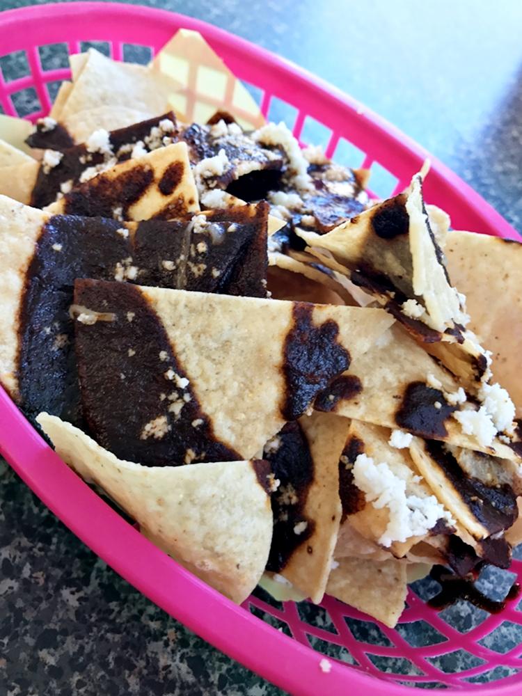附上沾醬與起司的 Mole Nachos,可是道地墨西哥餐廳不可缺少的開胃小食,比起單純沾上沙沙醬的吃法有更豐富的滋味。