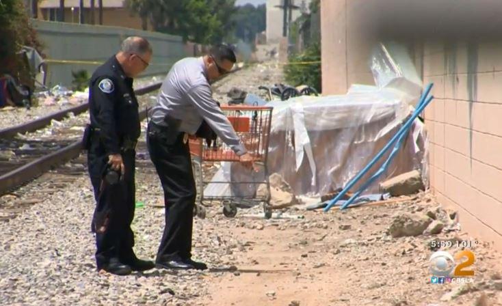 警方在案發現場進行蒐證與調查。CBSLA