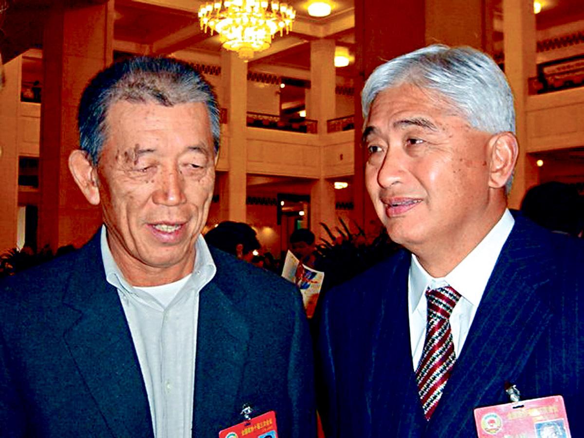 王軍1979年時跟隨榮毅仁(右)組建中信。