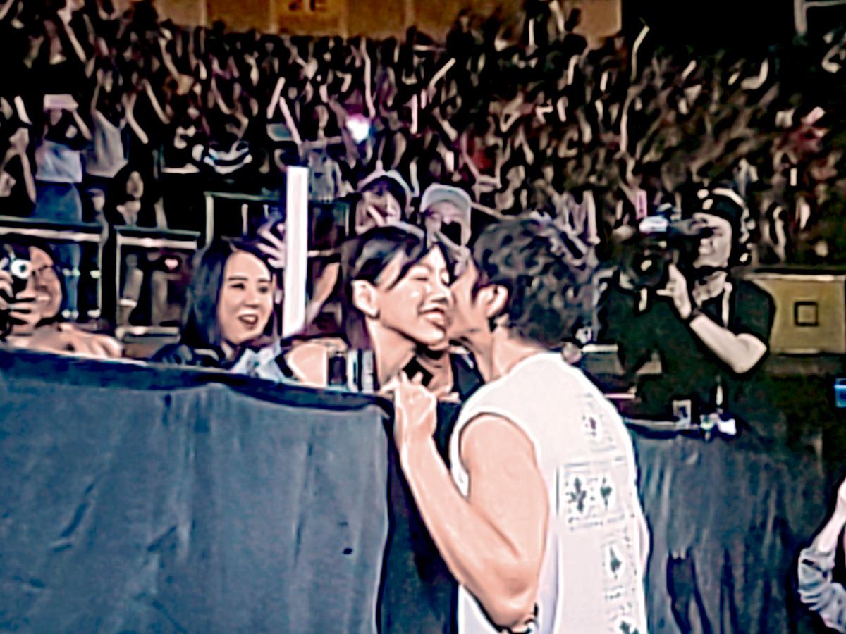 ■王力宏在台北巡唱中公開一吻再吻愛妻李靚蕾。