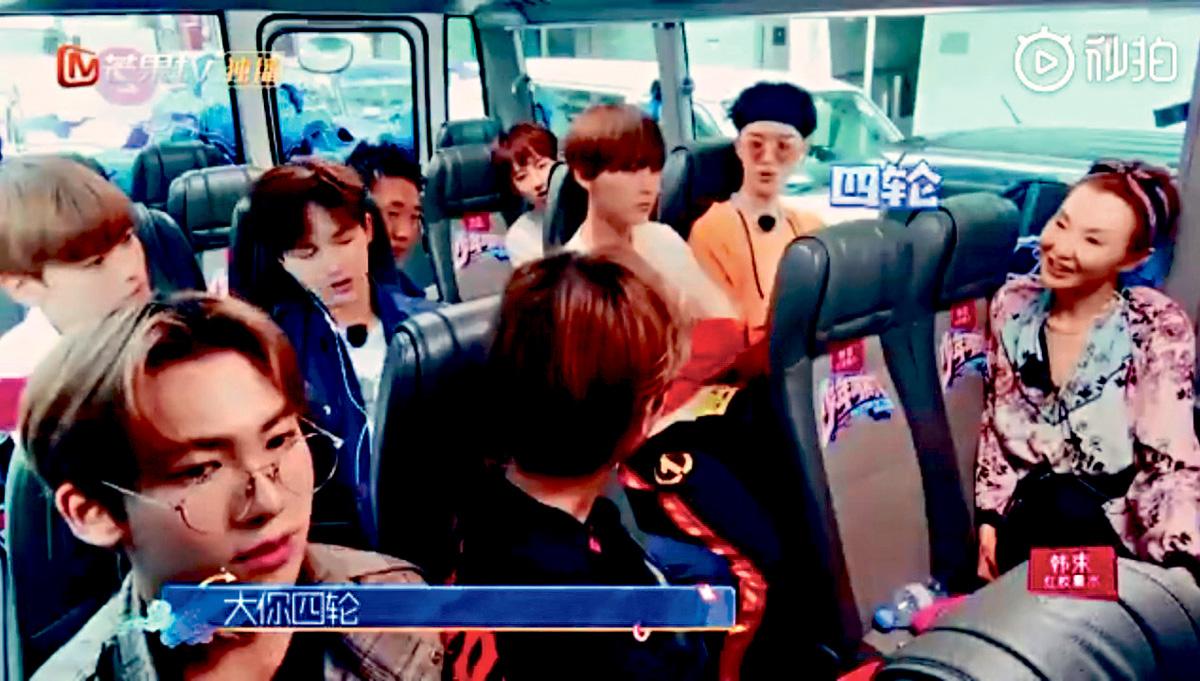■張曼玉(右)為內地節目《少年可期》擔任導師,跟徒弟們打成一片。