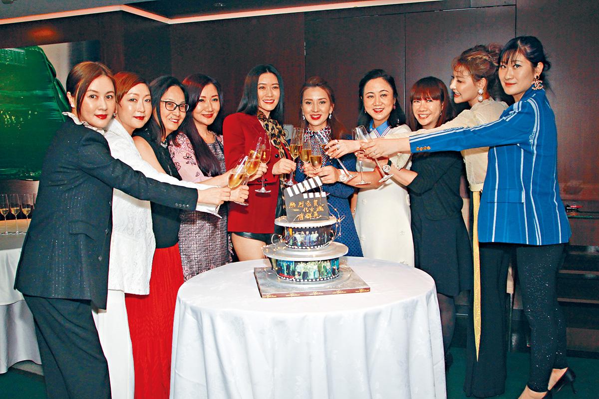 ■鄧宣宏雁、田海蓉偕好友齊齊慶祝。