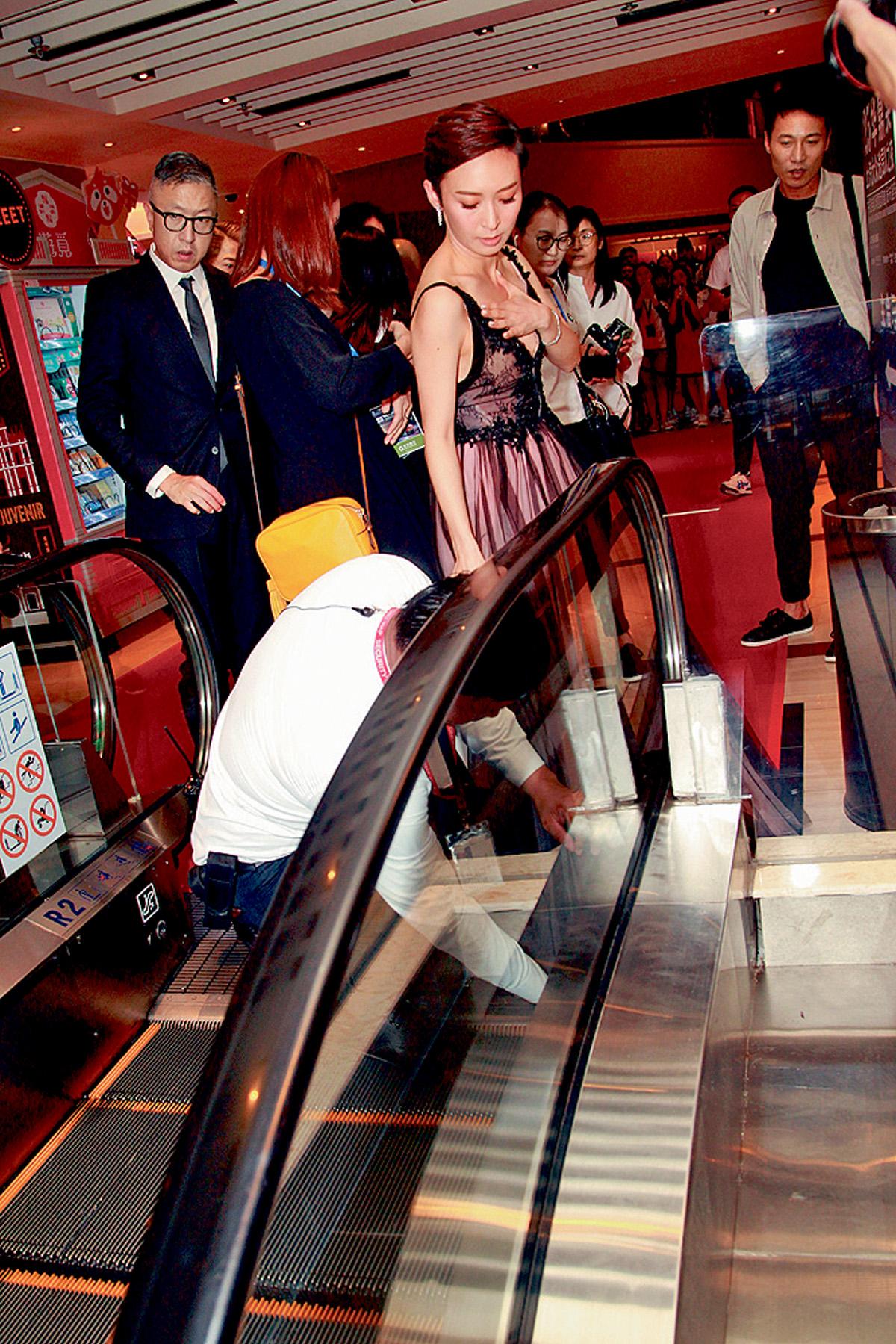 ■周家怡慘被電梯「食裙」,十分尷尬。