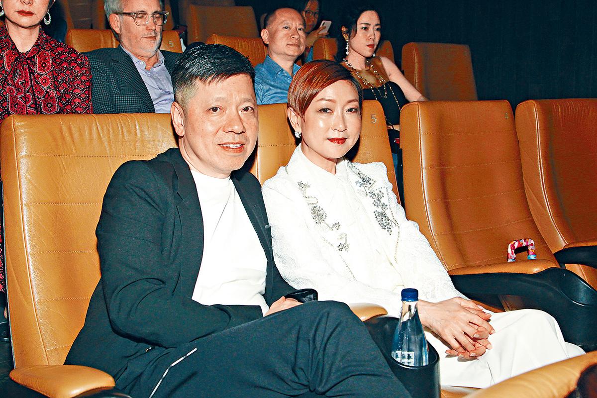 ■陳欽杰伉儷專心的欣賞電影。
