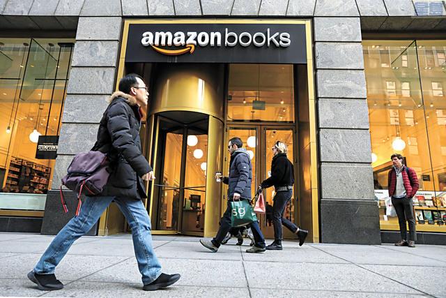 亞馬遜圖書平台上假冒偽劣圖書氾濫。圖為民眾走過亞馬遜圖書零售店。路透社資料圖片