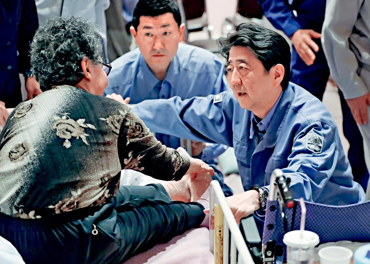北海道安平町去年發生地震,日本首相安倍晉三到災區慰問年長災民。 資料圖片