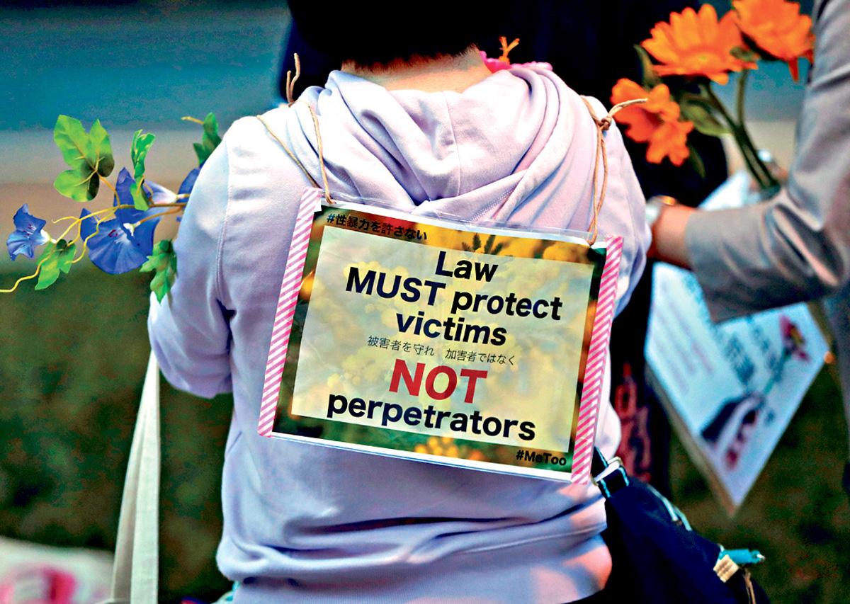 東京有示威者手持鮮花,要求法例保障受害者而非加害者。路透社
