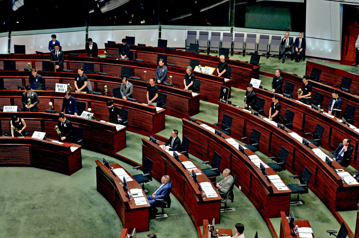 立法會大會於政府暫緩修訂《逃犯條例》後再次召開,泛民進行默哀。盧江球攝