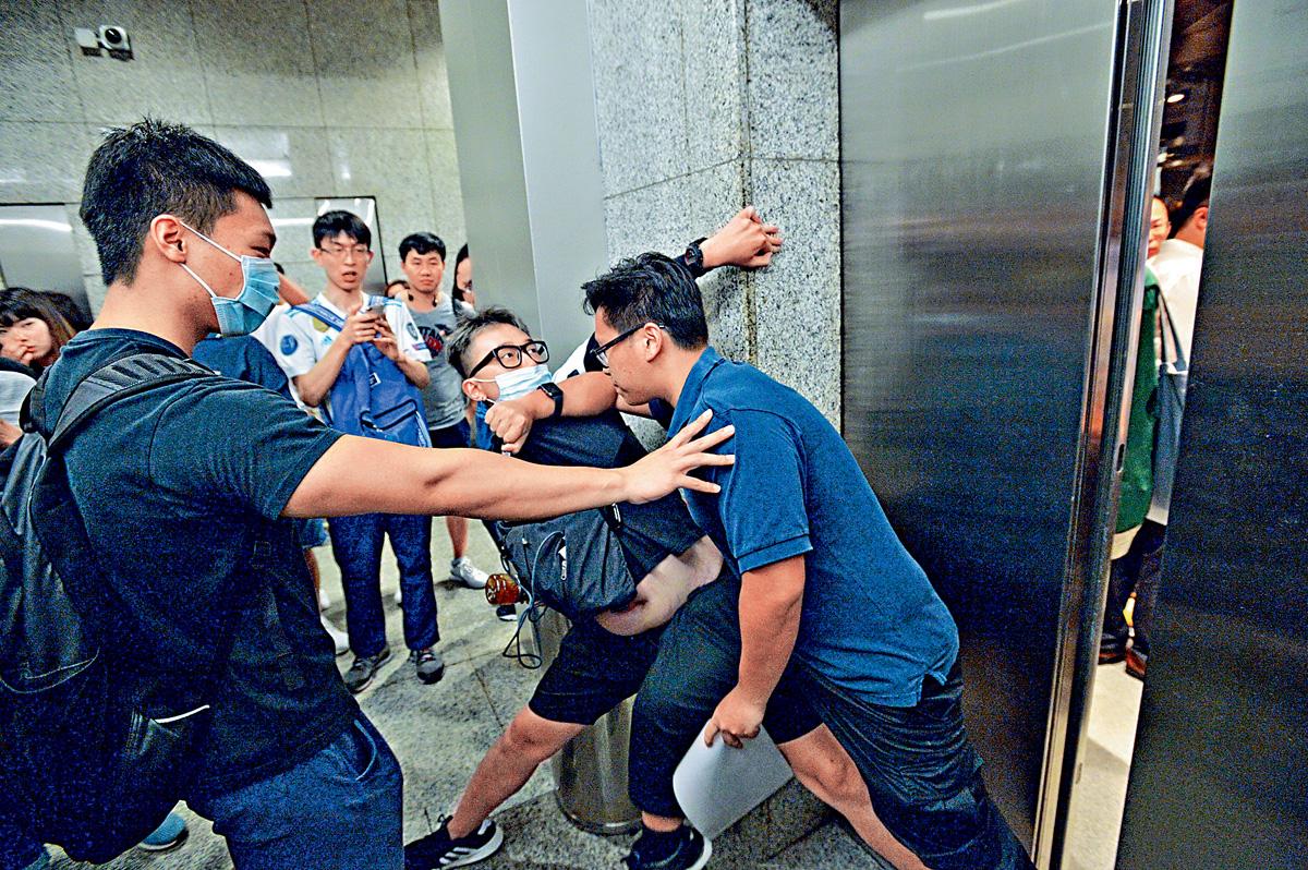 有示威者在稅務大樓升降機旁,阻止升降機關門,有人不滿,出手制止,雙方一度推撞。盧江球攝