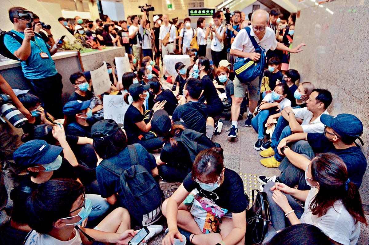 大批示威者在大樓內坐下,阻礙其他人進出。盧江球攝