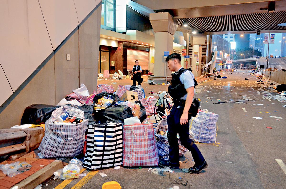 ■警員清場後在路邊檢獲大批示威物資。 李子平攝