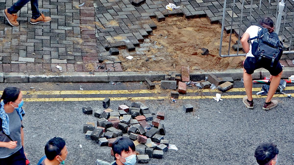 ■有暴力示威者掘地磚準備用作武器。 梁國峰攝