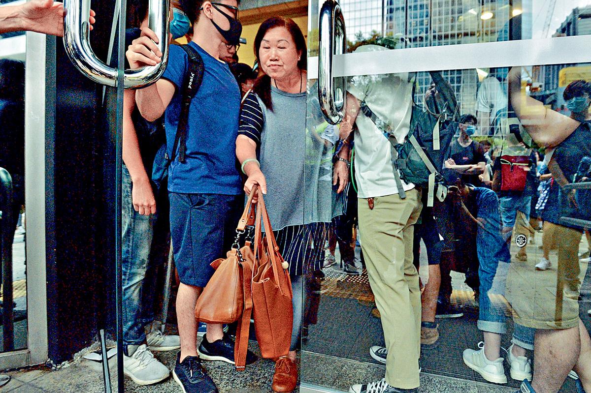 示威者堵塞大樓門口,只准其他人「有出無入」。盧江球攝