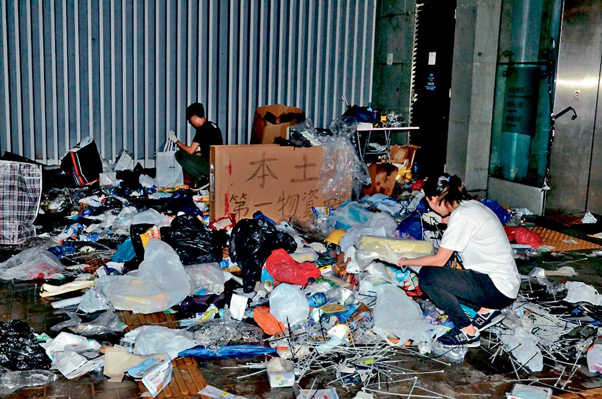■衝擊過後,物資站遺下大批垃圾及物資。李子平攝