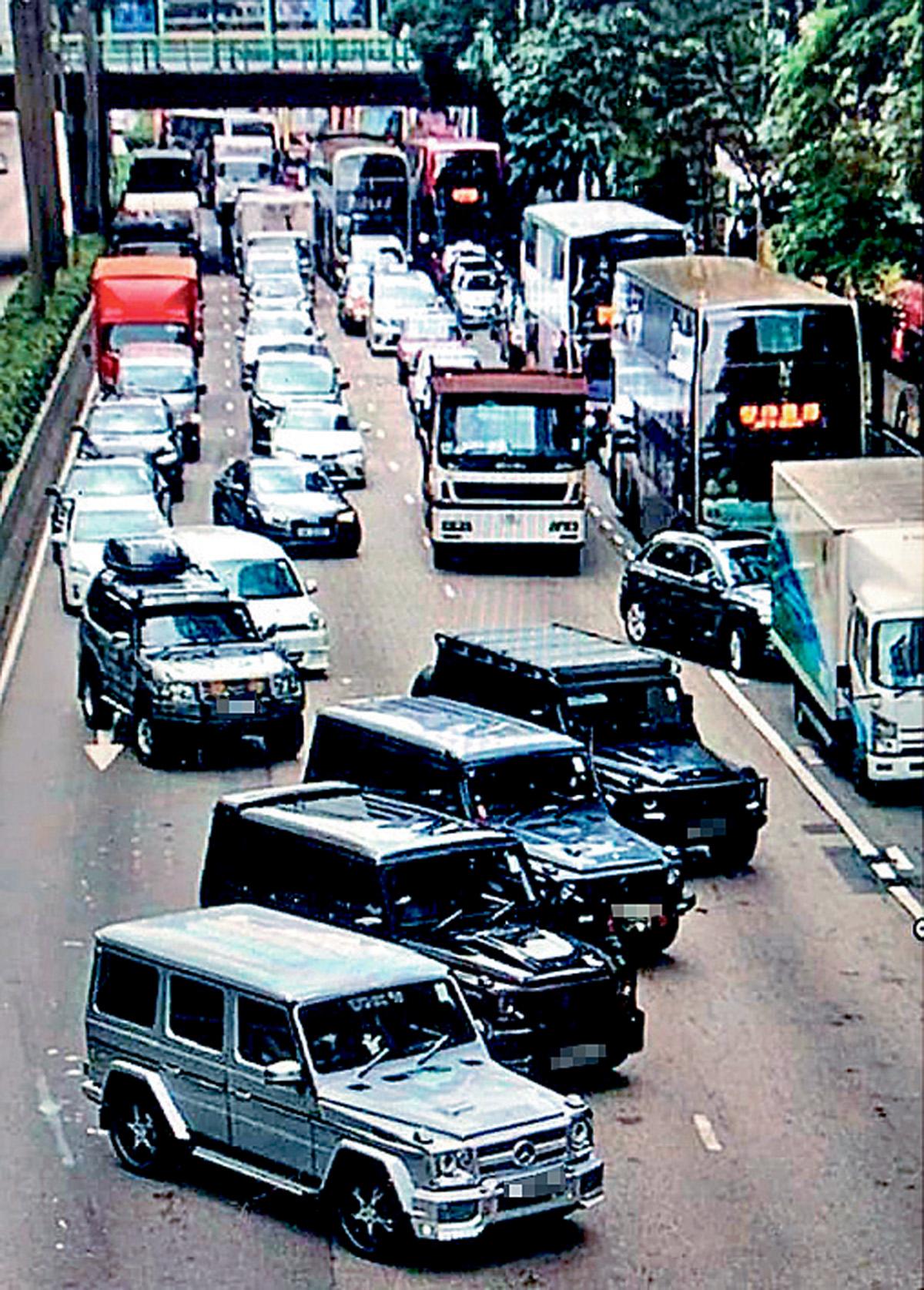 有四輛四驅車在告士打道布下車陣堵路。網上圖片