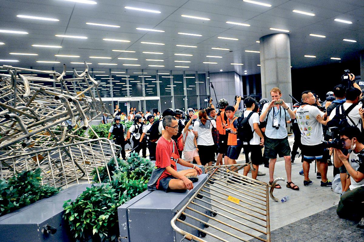 示威者在立法會大樓外堆疊鐵馬與警抗衡。梁譽東攝