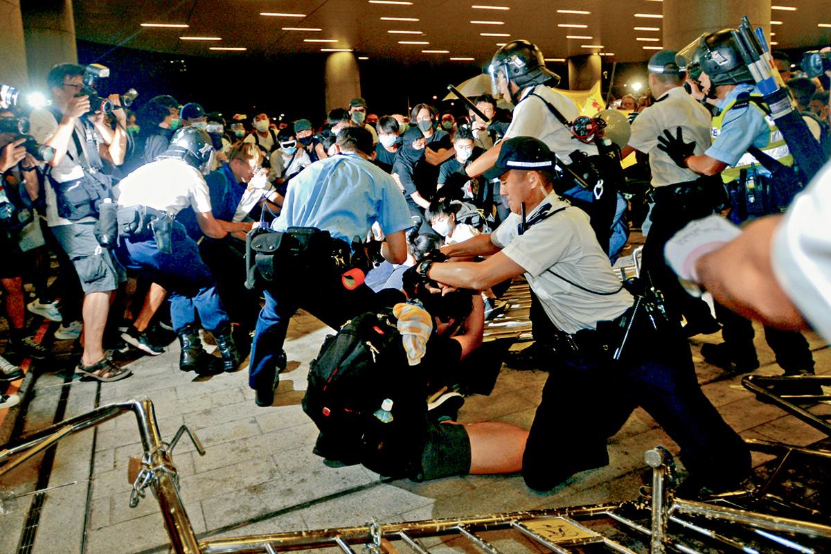 暴力示威者衝擊立法會爆發激烈衝突,修訂《逃犯條例》十二日恢復二讀辯論,立法會保安再面臨挑戰。梁譽東攝