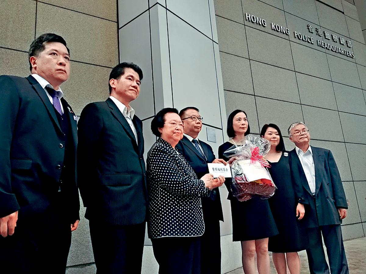 陳曼琪、譚惠珠等十一日到警總捐贈三十萬元給警察福利基金支持警隊。中新社